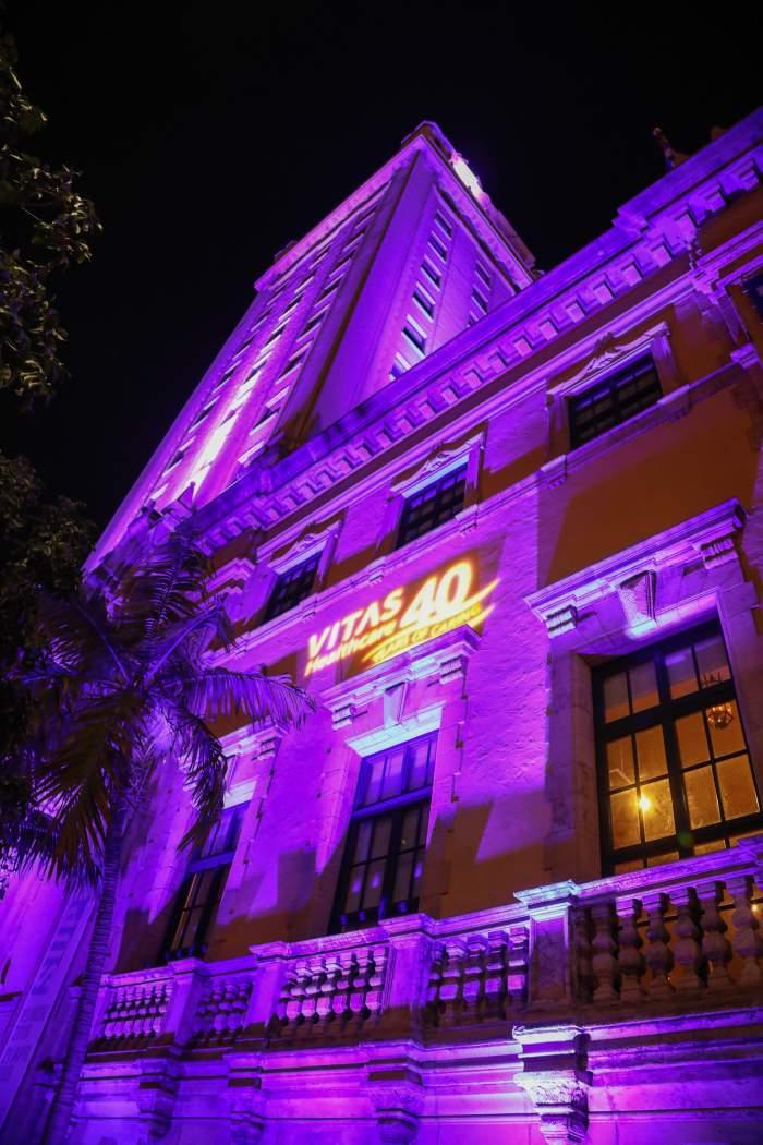Tòa tháp được tắm trong ánh sáng màu tím cùng logo của VITAS nhằm tôn vinh lễ kỷ niệm lần thứ 40 của VITAS