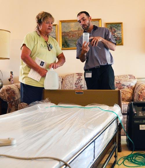 Ipinapakita ng isang HME technician sa tagapag-alaga o caregiver kung paano gamitin ang device