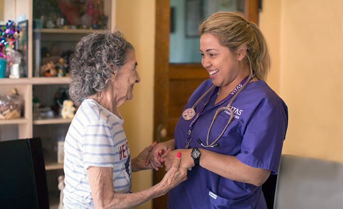 年長女士握著VITAS團隊成員的手