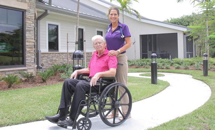 VITAS團隊成員推著坐在輪椅上的男士在外散步