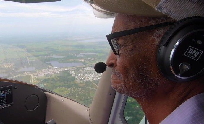 El paciente de VITAS John Kimble en la cabina de un Cessna 172 sobre su casa de Florida