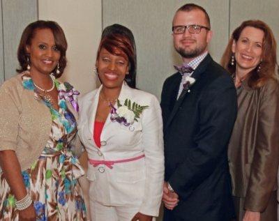 La vicepresidente de Asuntos Comunitarios de VITAS,Diane Deese, posa para una foto grupal en un evento deMissing Our Mothers