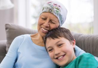 Người phụ nữ mỉm cười với mẹ mình