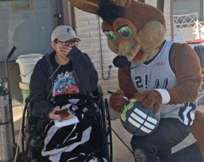 VITAS patient Genesis Ortega and family with the San Antonio Spurs mascot