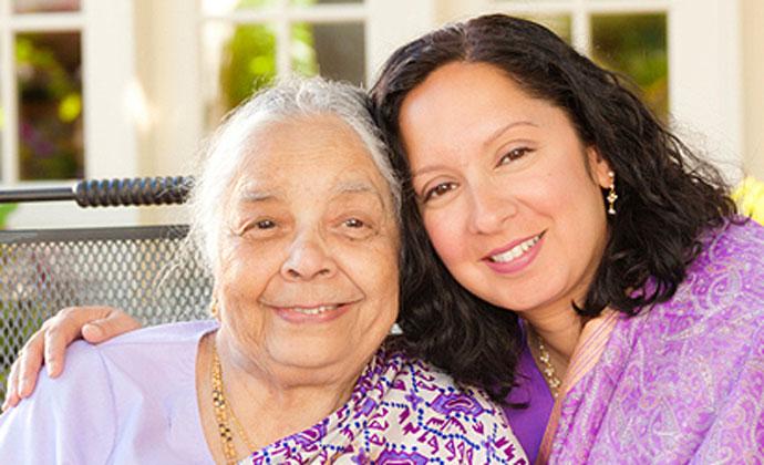 Người chăm sóc là nữ chụp ảnh cùng mẹ