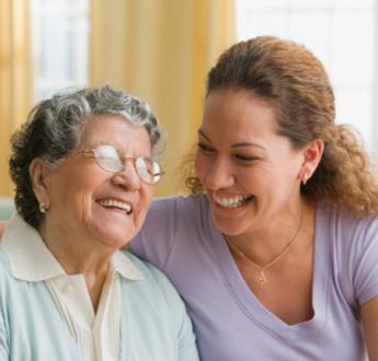 年長的女士和年輕的女士互相微笑