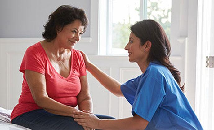 Người phụ nữ với chuyên gia chăm sóc sức khỏe