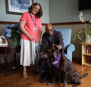 動物伙伴義工帶小狗撫慰病人