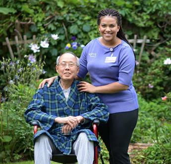 VITAS照護者在室外花園陪伴病人。