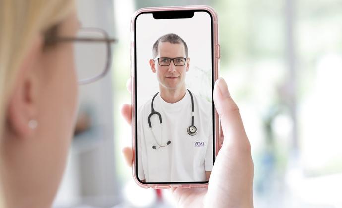 Một người phụ nữ nói chuyện với bác sĩ bằnghìnhthứccuộcgọinhiềubênquavideo trên điện thoại thông minh