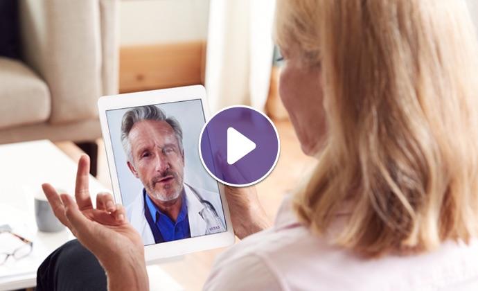 Một người phụ nữ nói chuyện với bác sĩ qua iPad