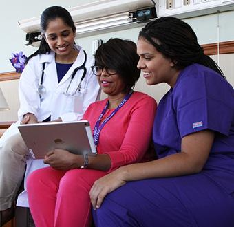 一位VITAS團隊成員和兩位醫療專業人員談話。