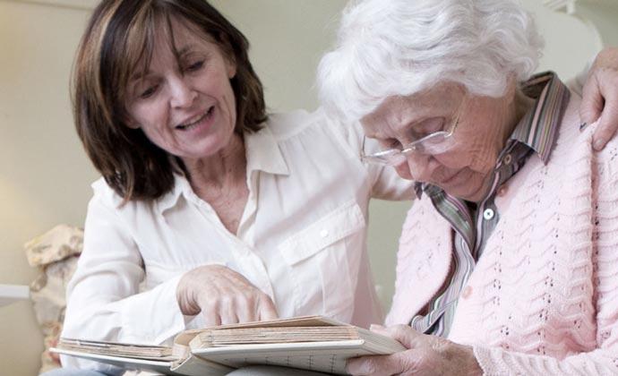 Một người chăm sóc đang đọc sách với người thân của mình