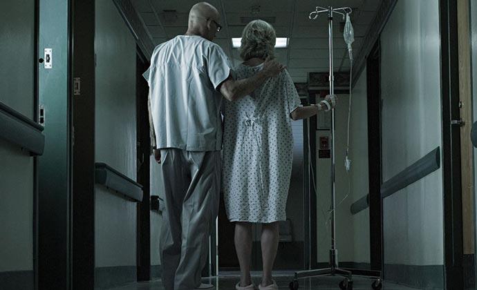 Personas en el pasillo de un hospital