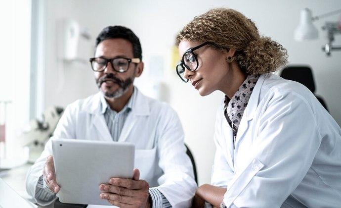Hai chuyên gia chăm sóc sức khỏeđangxem iPad