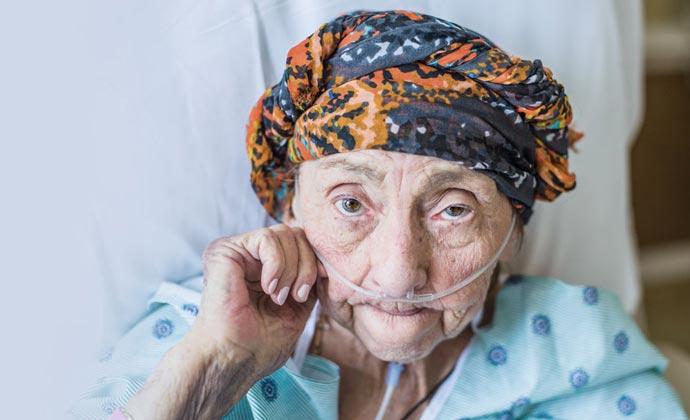 Bệnh nhân có đeo ống thông mũi