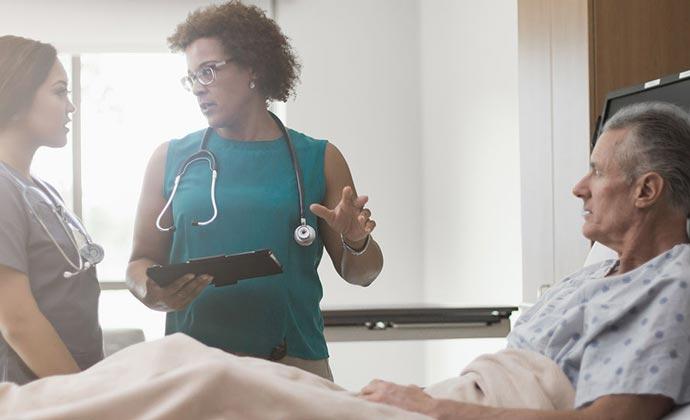 Các chuyên viên y tế 2 ở cùng bệnh nhân