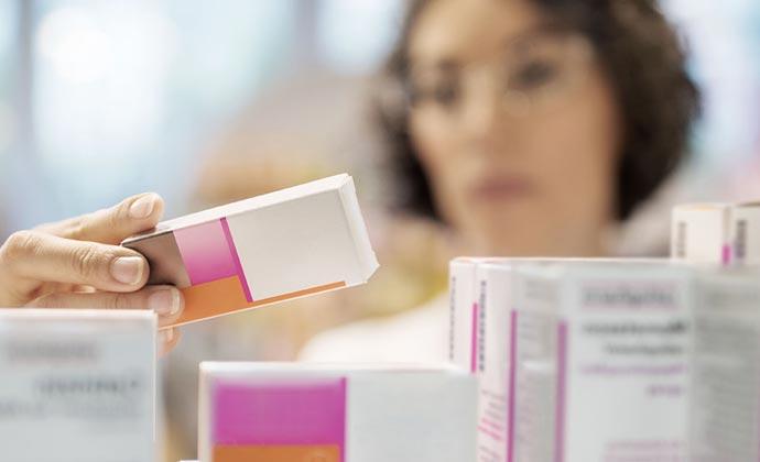 Una mujer con un medicamento recetado