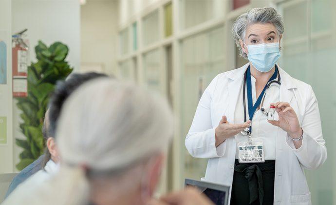 Un médico dicta una clase en una sala de conferencias