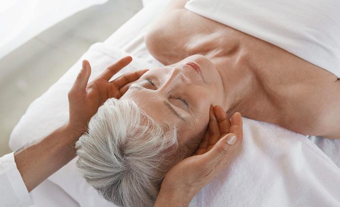 Isang pasyente na tumatanggap ng massage therapy