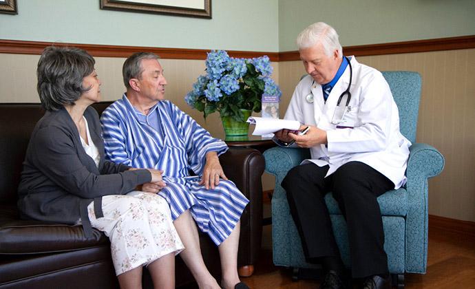 一對坐在沙發上的夫妻與醫師談話