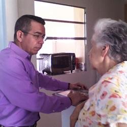 Ang chaplain sa hospice na may pasyente ng hospice
