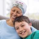一位女性癌症病人擁抱她的孫子