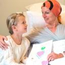 Nakangiti ang isang babaeng may cancer sa drawing na ginawa ng kanyang anak para sa kanya