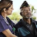 一位VITAS護士正在安慰一位退伍軍人病人
