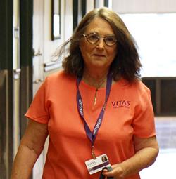 Una voluntaria de VITAS