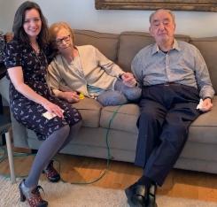 Benjamin Z. se sienta junto a su esposa y un capellán de VITAS
