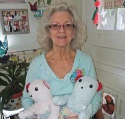 Linda Weeks con dos osos conmemorativos hechos con prendas de su madre