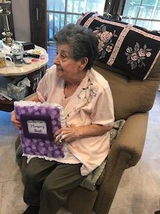 Catherine, paciente de hospicio, con un libro de recuerdos