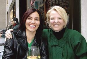 Tình nguyện viên chăm sóc cuối đời Sherri (bên trái) và mẹ cô ấy, Linda