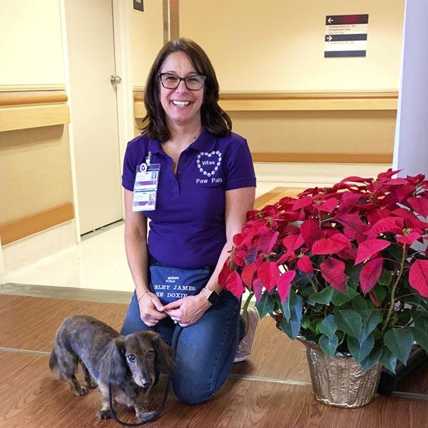 Một tình nguyện viên thú cưng của VITAS cùng người bạn đồng hành là con người