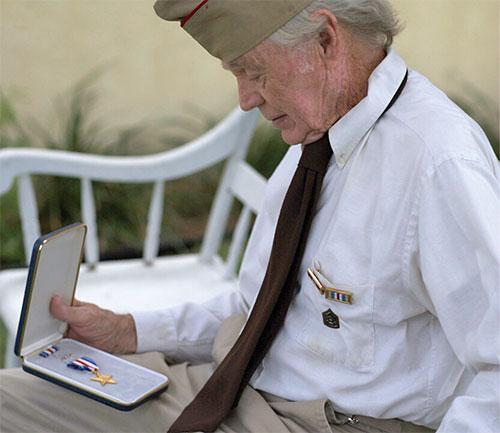 Un veterano de guerra con una medalla